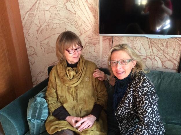 Kuvassa vasemmalla hopeisen logorintaneulan uusi omistaja, yhdistyksen pitkäaikainen jäsen Leena Korjus-Julkunen, oikealla logon suunnittelija Ulla Hyytiäinen.
