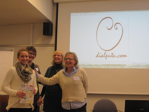 Kuvassa vasemmalta logokilpailuarvonnan voittaja Elisa Pajari, yhdistyksen pj Erja Kare, yhdistyksen sihteeri Tuula Sorvisto sekä logon suunnittelija Ulla Hyytiäinen.