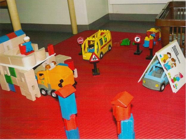 Tätä leikkiä ideoivat, rakentelivat ja toteuttivat 5 -vuotias tyttö ja puheterapeutti. Tämä tyttö jaksaa terapiahetkissä mahtavasti tehdä puheherjoituksia ja niiden jälkeen leikki on odotettu palkinto, jossa annetaan mielikuvituksen lentää ja puheen pulputa. Roska- auto sai palikoista tallin ja kirjan avulla kuskille saatiin koti yläkertaan. Muitakin rakennusprojekteja löytyi, mopolle talli, betoniseinä ja portinpylväät. Niissä riitti junalle ja lava -autolle töitä- Bussi kuljetteli matkustajia juna- asemalle tytön muistellessa omaa junamatkaansa. Myös tytön joululahjatoiveet liittyivät autoihin: toivomuslistalla on auto, jolla voisi itse ajaa kotipihalla.