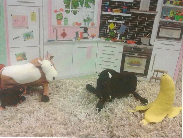 """7 -vuotias asiakkaani halusi monena peräkkäisenä kertana leikkiä lehmillä niin, että äkäisen näköinen sonni oli vihainen perheenisä, joka raivosi perheelleen. Tätä leikkiä toistettiin välillä vähän eri variaatioin. Kerran muunsin leikkiä siten, että äiti otti topakan puolustuskannan. """"Tämä on minun koti, et voi riehua täällä miten vain. Soitan poliisin, jos et rauhoitu."""" Asiakkaani tähän totesi, ettei meillä ole poliisilelua mukana. Meillä oli vain kasvispehmoja, joten nimitin banaanin poliisiksi. Tämä oli lapsen mielestä hillittömän hauskaa. Herra banaani oli kelpo konstaapeli ja häntä toivottiin leikkiin mukaan seuraavilla kerroilla. Tässä leikissä mielestäni tärkeitä leikkiin liittyviä asioita ovat: Lapsi saa leikissä käsitellä itse valitsemiaan aiheita. Perheriita -aihe sattoi tulla omasta arjesta tai Salatut elämät -ohjelmasta, jota hän näki vaikkei olisi pitänyt.  Mielikuvitus on mahtavaa. Se, että meillä ei ollut poliisilelua mukana ja banaani laitettiin siihen hommaan teki leikistä paljon paremman. Leikissä 100% läsnäolo ja jaettu tarkkaavaisuus on kaiken perusta. Välillä sorruin tekemään leikin yhteydessä jotain muutakin, esim. kaivamaan esille seuraavaa tehtävää, jolloin huomasi heti, että myös lapsen kiinnostus leikkitilanteeseen valahti. Hän saattoi ehdottaa, että lopetetaan leikki."""