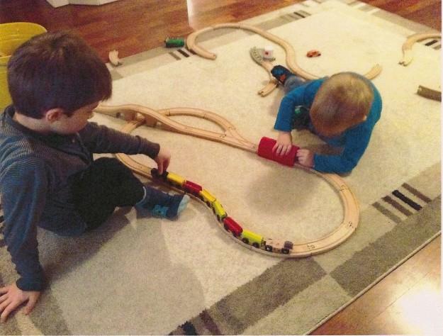 """Junaleikki, joka on aina hieman erilainen. Joskus rakennetaan pieni rata, toisinaan koko maton kokoinen. Junat ajavat kilpaa tai """"tekevät työhommia"""". Leikkijät tässä hieman alle 6- ja 2 -vuotiaat-"""